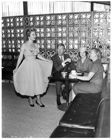 Pi Beta Phi alumnaes plan fashion luncheon, 1958
