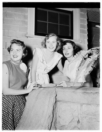 Chi Omega plans house party, 1952