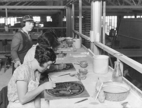 Employees painting tiles at the American Encaustic Filing Company, Los Angeles, [s.d.]