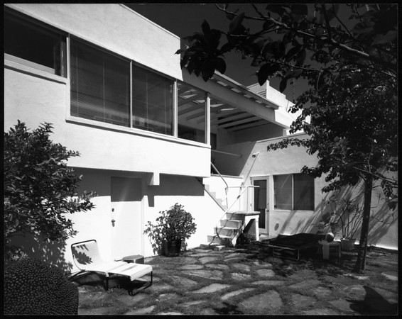 Exterior view of the Buckman(Buck?) residence, Los Angeles, [s.d.]