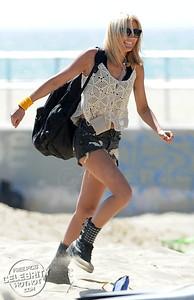 EXCLUSIVE: Bikini Fidji Ruiz Filming Friends Trip, Qui Sera Le Meilleur Ami? in Venice Beach