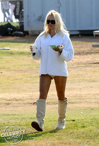 EXC: Pamela Anderson Grabs Lunch In Short Shorts