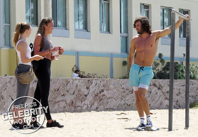 EXC: Keen in 15! Topless Body Coach Joe Wicks Shows Off Muscles And Chats To Female Onlookers