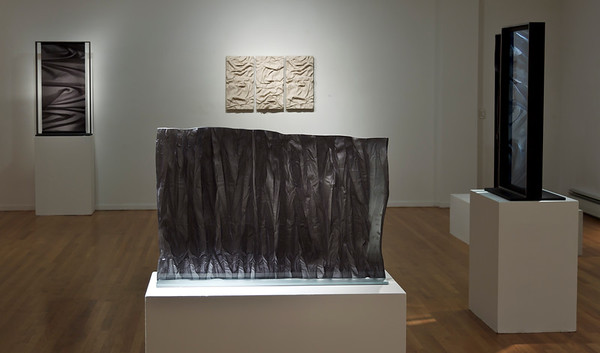 Exhibition of abstract drapery sculptures investigating fashion, culture, landscape and body. Bas-reliefs in glass and ceramic.