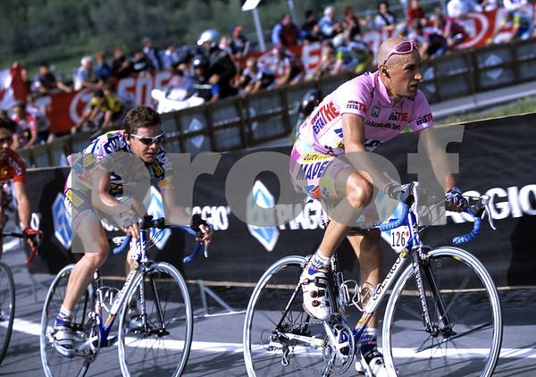 Stefano Garzelli leads Cadel Evans in the 2002 Giro d'Italia