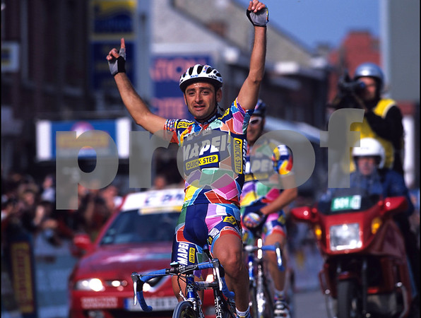 Paolo Bettini wins the 2002 Liege-Bastogne-Liege