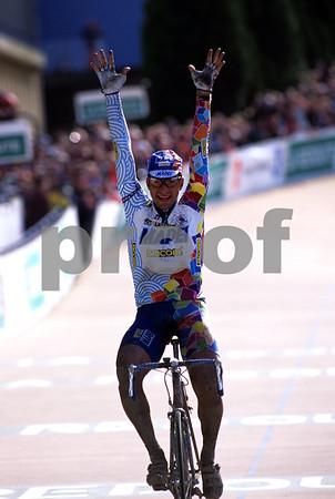 Franco Ballerini wins the 1998 Paris-Roubaix