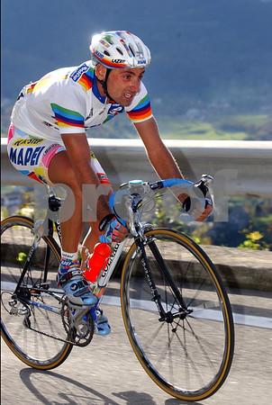 Paolo Bettini wears the World Cup leader's jersey in the 2002 Giro di Lombardia