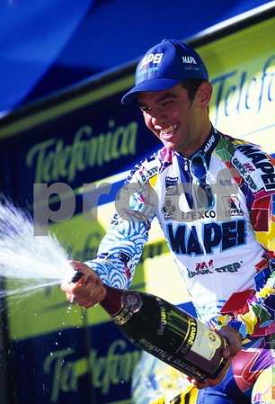 Daniele Nardello celebrates after winning a stage of the 1999 Tour of Spain