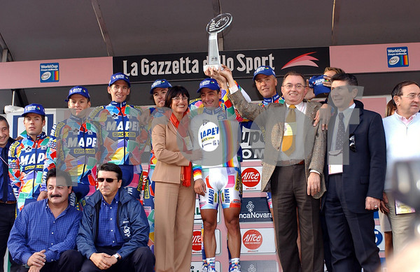The Mapei team poses with its owner, Dr Squnizi, after the 2002 Giro di Lombardia
