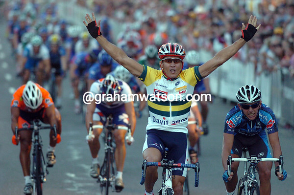 ROBBIE MC EWEN WINS A STAGE OF THE 2006 TOUR DOWN UNDER