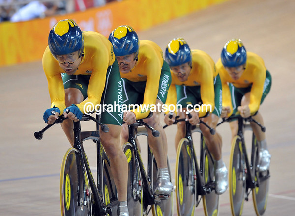 BRADLEY MCGEE LEADS AUSTRALIA IN THE TEAM PUSRUIT AT THE 2008 OLYMPIC GAMES