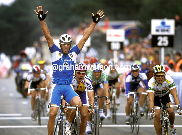 MARIO CIPOLLINI WINS THE 2002 WORLD CHAMPIONSHIPS
