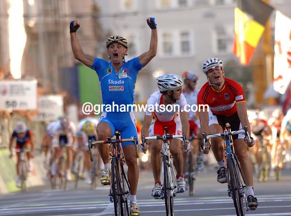 PAOLO BETTINI WINS THE ELITE MEN'S ROAD RACE IN SALZBURG FROM ERIK ZABEL AND ALEJANDRO VALVERDE