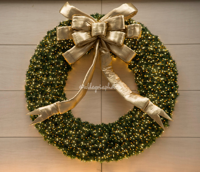 A Christmas wreath, 5th Avenue, New York