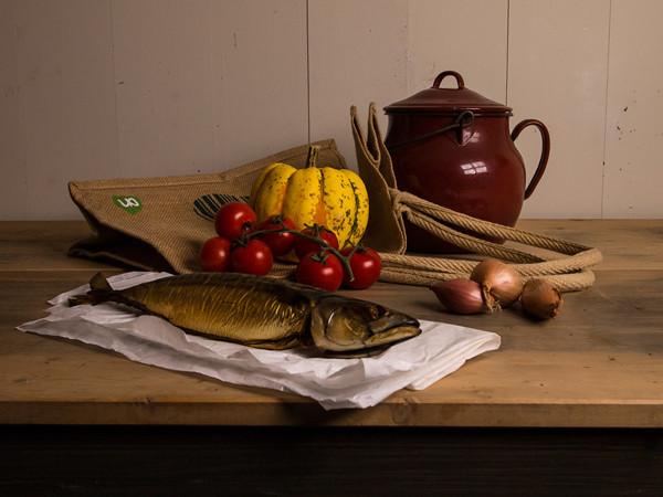 stilleven met vis en tas