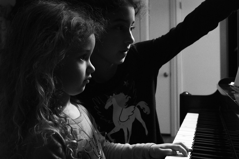 Lyla teaches Willow some piano lessons