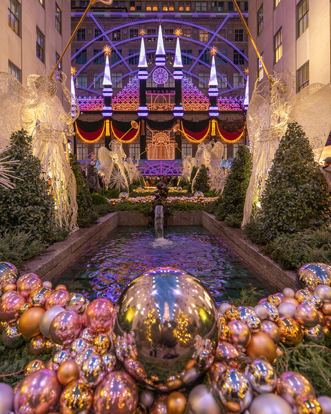 Saks Theater of Dreams Christmas Light Show from Channel Gardens