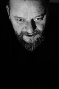 Portré, egyedi  Nélküled  Nyerges Attila, az Ismerős Arcok énekese, a Nélküled c., elhíresült zeneszám dalszerzője.