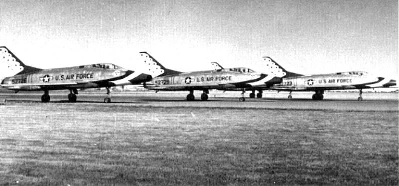 Thunderbirds F-100Cs b&w