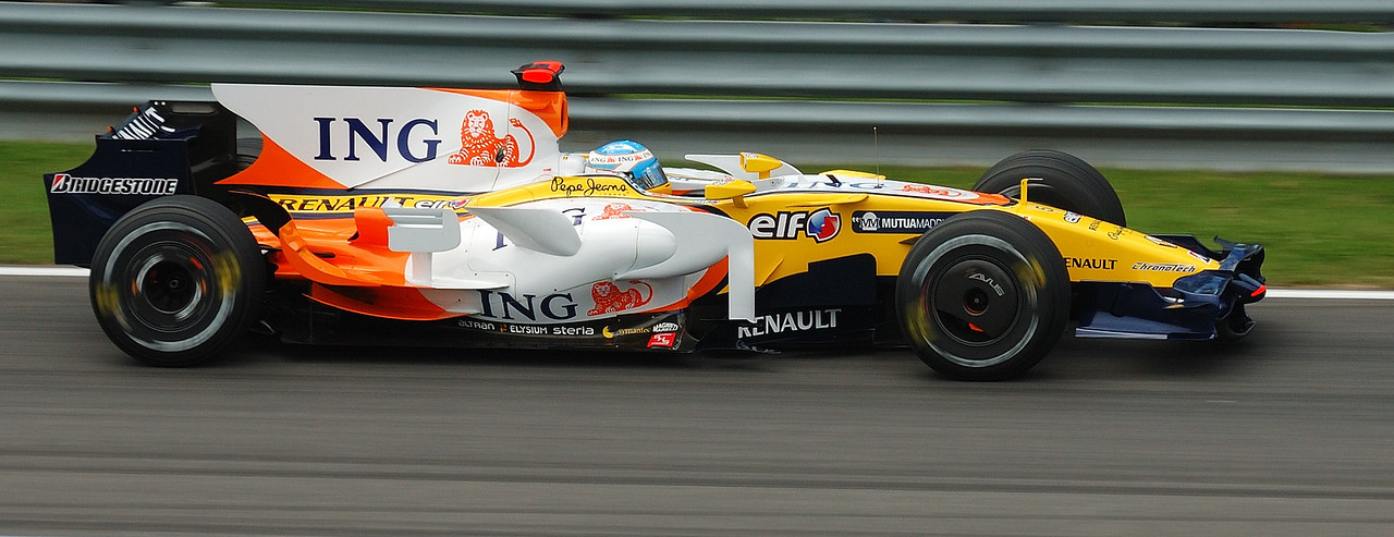 """Fernando Alonso, arrivant à l'Epingle. / Alonso coming in the """"Air Pin""""."""