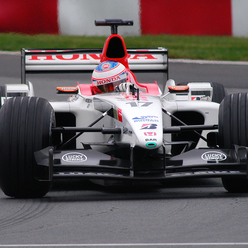 Jenson Button in the Senna section of the track. / Jenson Button dans les courbes Senna.