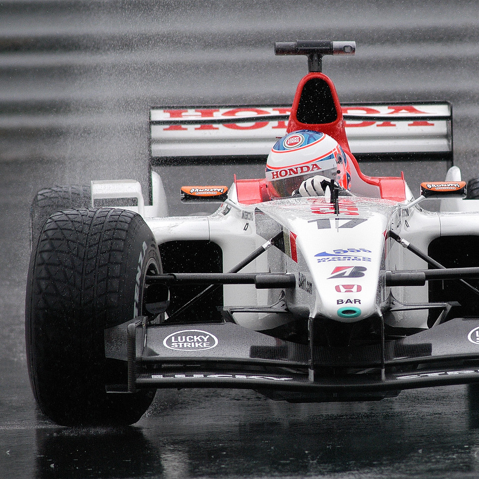 2003; Jenson Button in the air pin. / Jenson Button dans l'épingle.