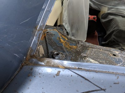 Although the rear screen was leaking, luckily the surround was not rusted