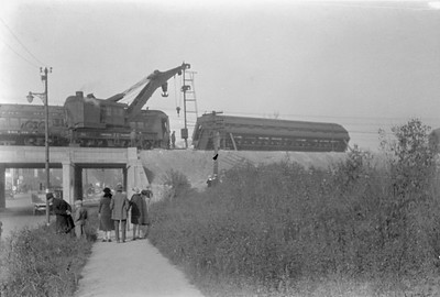 2016.010.FAC6.01612--cole 500 neg--CMStP&P--wreckers at work on wreck of the Varsity--Mayfair IL--1929 1005