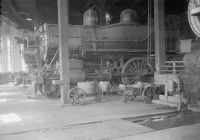 2016.010.FAC1.01816--cole 500 neg--C&NW--steam locomotive 4-4-0 A 202 inside roundhouse--Janesville WI--1930 0531