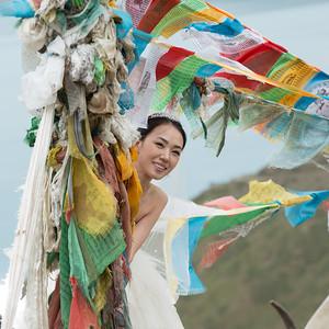 Chinese wedding photo shoot at Yamdrok Lake