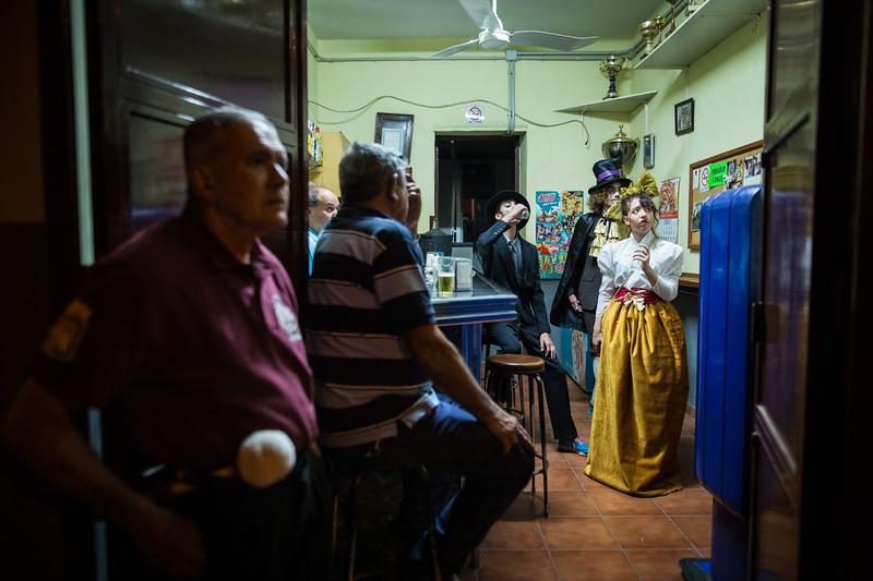 Varios participantes del pasacalle de 'Las Burras de Güímar', esperan dentro de un pequeño bar a que dé comienzo la singular fiesta en el Carnaval de Tenerife. Viernes, marzo 10, 2017 (Andrés Gutiérrez/Diario de Avisos) <br /> <br /> Las Burras de Güímar se desarrollan desde 1992, año en que se decide recuperar el Entierro de la Sardina como acto característico del Carnaval. Para crear esta celebración, los organizadores se basaron en la tradición local que hacía referencia a leyendas de brujas que se convertían en burras con el fin de pasar desapercibidas y poder realizar hechizos contra la población.