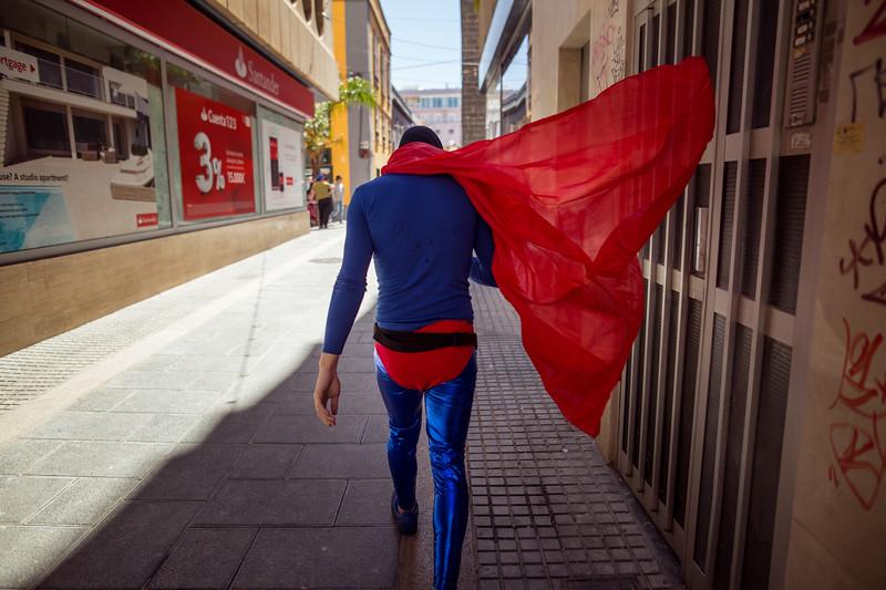Un hombre disfrazado de Superman, camina por una céntrica calle durante la segunda jornada del Carnaval de día celebrado en Santa Cruz de Tenerife. Sábado, marzo 4, 2017. (Andrés Gutiérrez/Diario de Avisos)