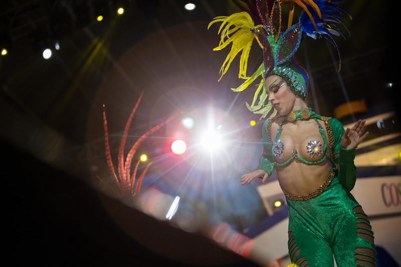 Una integrante de la comparsa 'Los Tabajaras', actúa sobre el escenario durante el Concurso de Comparsas del carnaval, celebrado en el Centro Internacional de Ferias y Congresos de Tenerife. Sábado, febrero 18, 2017. (Andrés Gutiérrez/Diario de Avisos)