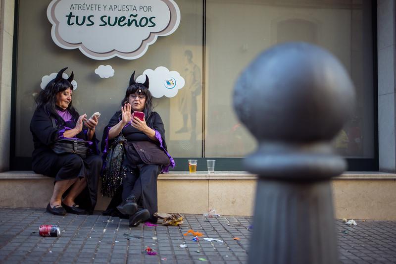 Dos mujeres disfrazadas, toman un respiro y comparten fotos y mensajes con sus móviles durante la segunda jornada del Carnaval de día celebrado en Santa Cruz de Tenerife. Sábado, marzo 4, 2017. (Andrés Gutiérrez/Diario de Avisos)