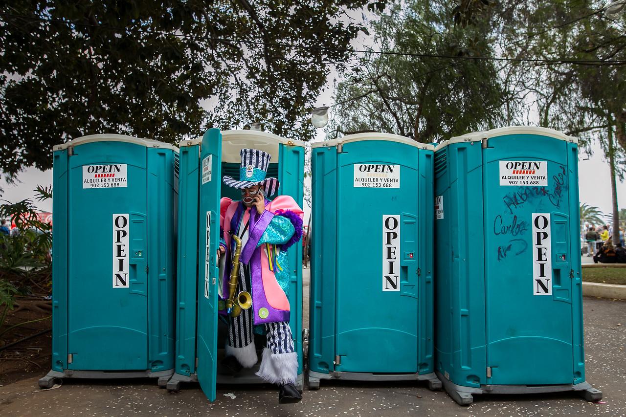 Un componente de la murga 'Nifu-Nifa', sale de uno de los baños portátiles ubicados en la zona centro de la ciudad, durante el 'Coso' del carnaval celebrado en Santa Cruz de Tenerife. Martes, febrero 28, 2017. (Andrés Gutiérrez/Diario de Avisos)