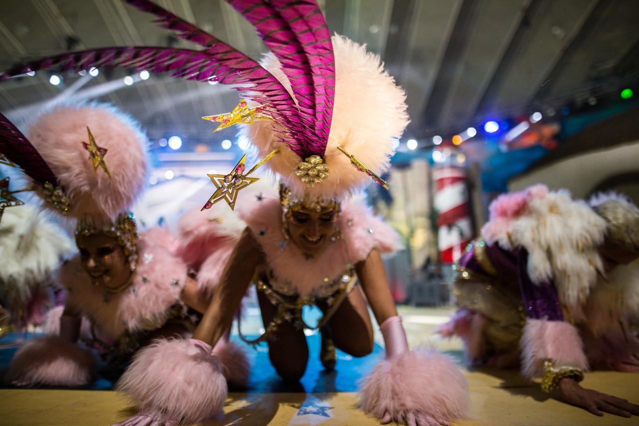 Mercedes Hernandez, 'La Negra', integrante de la comparsa 'Los Joroperos', actúa junto aa sus compañeros sobre el escenario durante el Concurso de Comparsas del carnaval, celebrado en el Centro Internacional de Ferias y Congresos de Tenerife. Sábado, febrero 18, 2017. (Andrés Gutiérrez/Diario de Avisos)