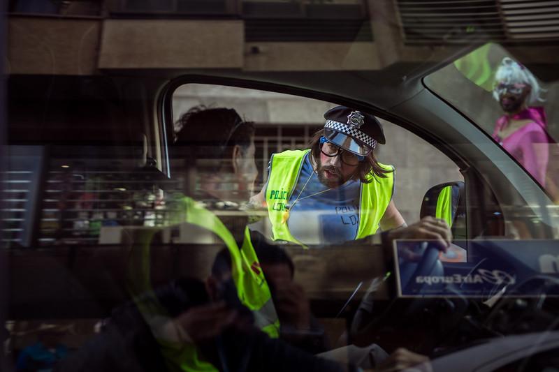 Un hombre disfrazado de Policía Local interpreta la detención de un vehículo. El hombre ordena parar al conductor para realizarle una peculiar prueba de alcoholemia durante la segunda jornada del Carnaval de día celebrado en Santa Cruz de Tenerife. Sábado, marzo 4, 2017. (Andrés Gutiérrez/Diario de Avisos)