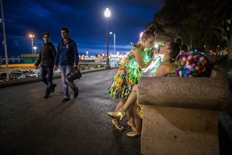 Giovanna y su madre, Sara, son dos integrantes de la comparsa 'Río Orinoco'. Las dos se preparan y maquillan en uno de los bancos de la Avenida Marítima minutos antes de comenzar el concurso Ritmo y Armonía, en el que cada una de las comparsas baila en la calle y de forma gratuita para el público asistente en Santa Cruz de Tenerife. Sábado, febrero 25, 2017. (Andrés Gutiérrez/Diario de Avisos)