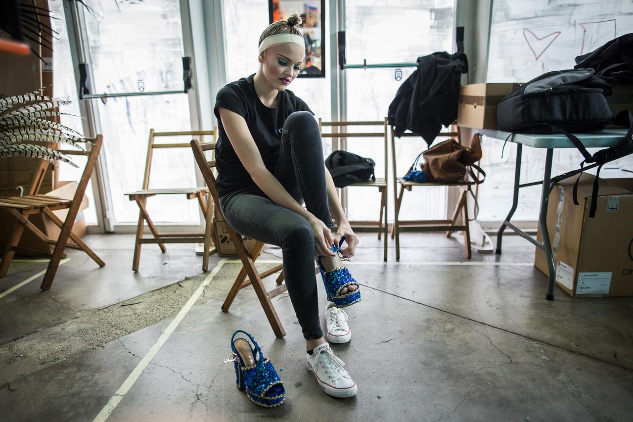 La candidata, Violeta Tyurkina, se quita el calzado de su traje para buscar algo más de comodidad, durante la prueba previa a la Gala de elección de la Reina del Carnaval de Santa Cruz de Tenerife. Miércoles, febrero 22, 2017. (Andrés Gutiérrez/Diario de Avisos)