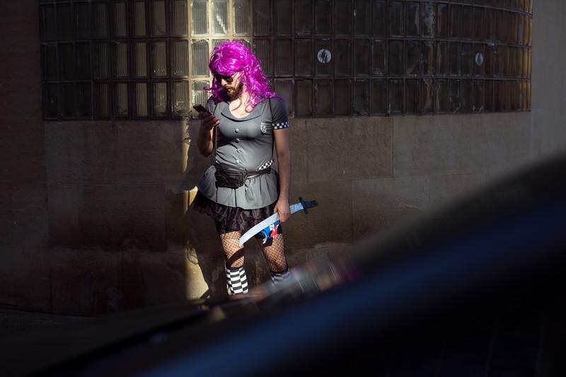 Un hombre disfrazado busca calor en la luz el sol mientras revisa su móvil durante la segunda jornada del Carnaval de día de Santa Cruz de Tenerife. Sábado, marzo 4, 2017 (Andrés Gutiérrez/Diario de Avisos)