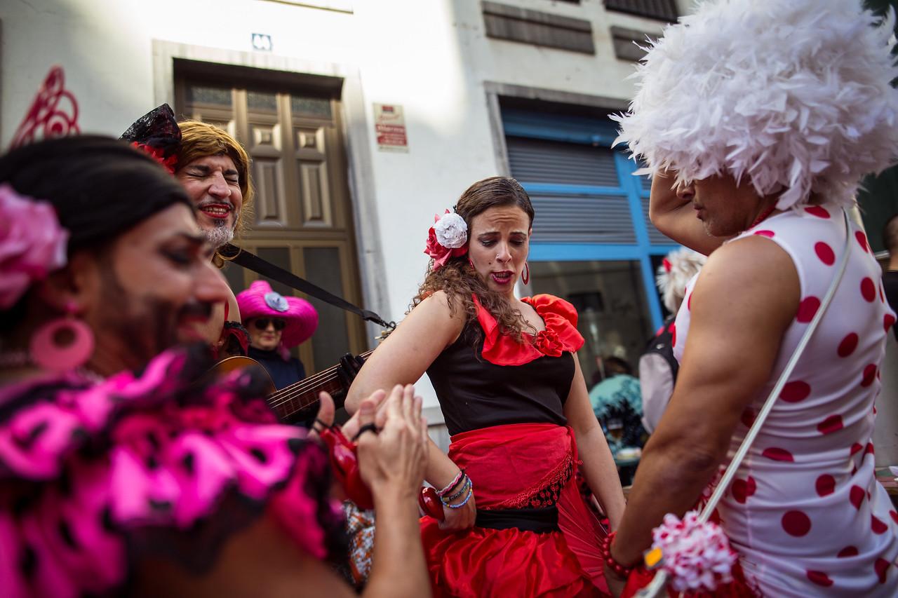 Un grupo de jóvenes recrea un 'Tablao Flamenco' durante la segunda jornada del Carnaval de día celebrado en Santa Cruz de Tenerife. Sábado, marzo 4, 2017. (Andrés Gutiérrez/Diario de Avisos)