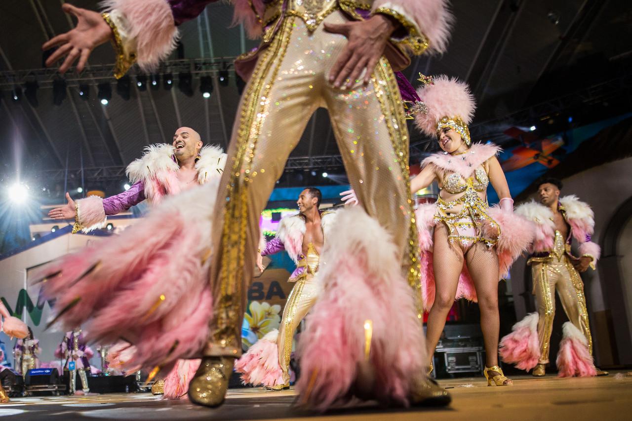 Integrantes de la comparsa 'Los Joroperos', actúan durante el Concurso de Comparsas del carnaval, celebrado en el Centro Internacional de Ferias y Congresos de Tenerife. Sábado, febrero 18, 2017. (Andrés Gutiérrez/Diario de Avisos)