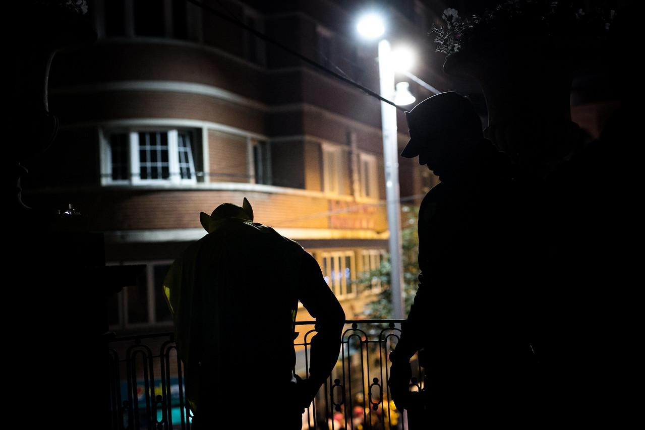 Un agente de la Unidad de Intervención de Policía Local (UNIPOL) manda a vaciar los bolsillos a un hombre disfrazado durante la noche del lunes de carnaval, en la que cientos de miles de personas se dan cita en las calles de la ciudad para celebrar el carnaval de Santa Cruz de Tenerife. Martes, febrero 28, 2017. (Andrés Gutiérrez/Diario de Avisos)
