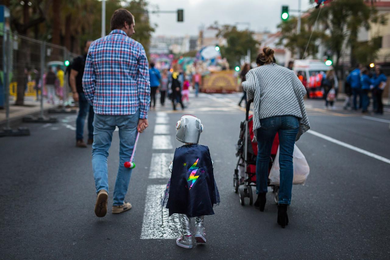 En la salida de la cabalgata anunciadora del carnaval, numerosos vecinos acuden con sus familias a disfrutar del colorido de las carrozas y los trajes antes del cierre del horario infantil durante el Carnaval de Santa Cruz de Tenerife 2017. Viernes, febrero 24, 2017. (Andrés Gutiérrez/Diario de Avisos)
