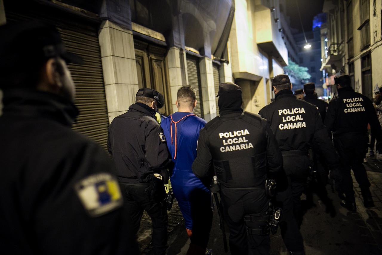 Efectivos de la Unidad de Intervención Policial (UNIPOL) detienen a un hombre durante una de sus patrullas nocturnas, en una de las jornadas más concurridas del carnaval celebrado en Santa Cruz de Tenerife. Martes, febrero 28, 2017. (Andrés Gutiérrez/Diario de Avisos)
