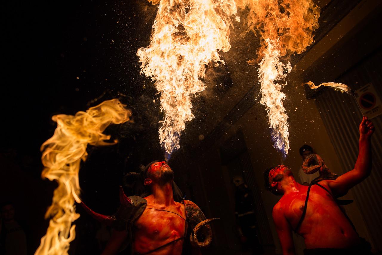 Dos jóvenes tragafuegos actúan durante el espectáculo conocido como 'Las Burras de Güímar', una singular fiesta dentro del Carnaval de Tenerife. Viernes, marzo 10, 2017 (Andrés Gutiérrez/Diario de Avisos) <br /> <br /> Las Burras de Güímar se desarrollan desde 1992, año en que se decide recuperar el Entierro de la Sardina como acto característico del Carnaval. Para crear esta celebración, los organizadores se basaron en la tradición local que hacía referencia a leyendas de brujas que se convertían en burras con el fin de pasar desapercibidas y poder realizar hechizos contra la población.