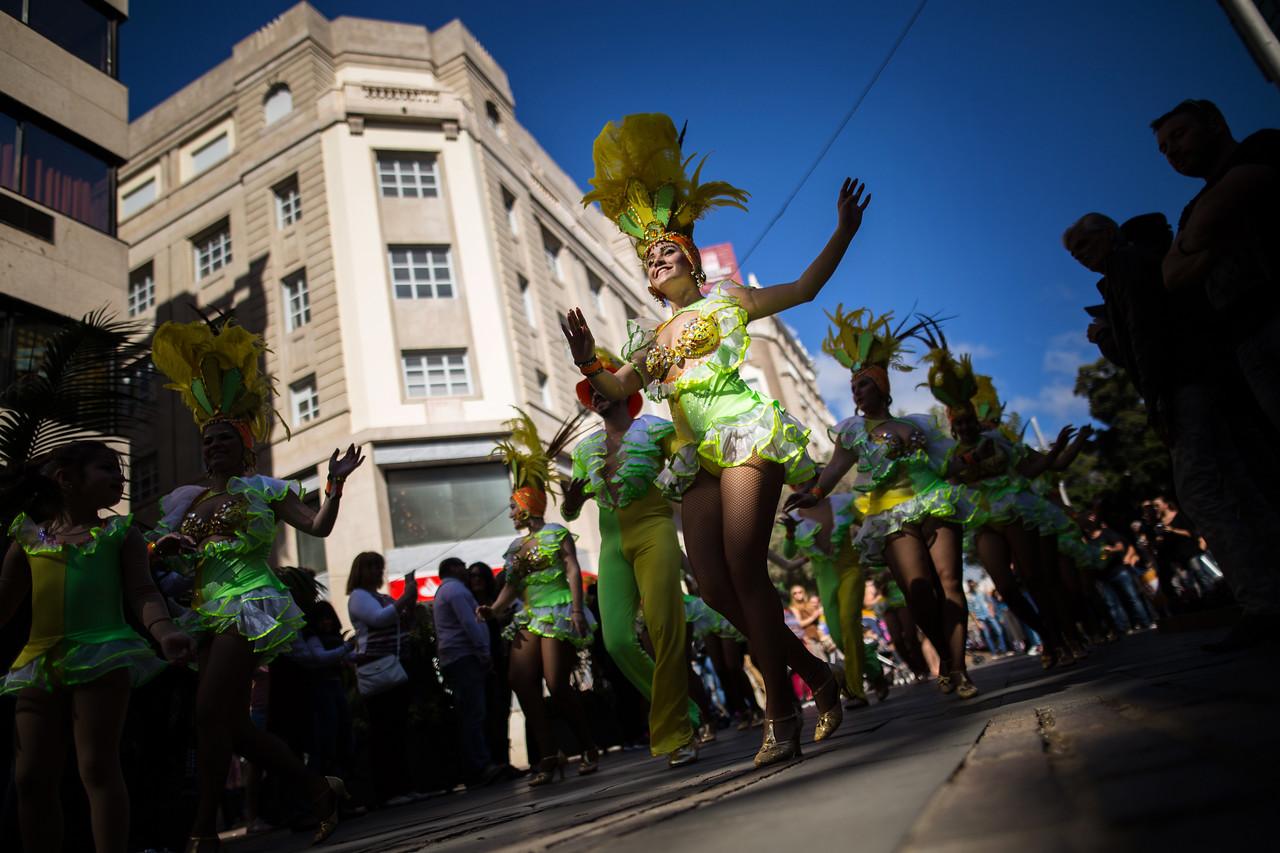 Una integrante de la comparsa 'Los Cariocas', actúa durante el primer 'Ven a Santa Cruz', actividad organizada por la Sociedad de Desarrollo, marcado por el comienzo de los Carnavales en la ciudad de Santa Cruz de Tenerife. Domingo, febrero 5, 2017. (Andrés Gutiérrez/Diario de Avisos)