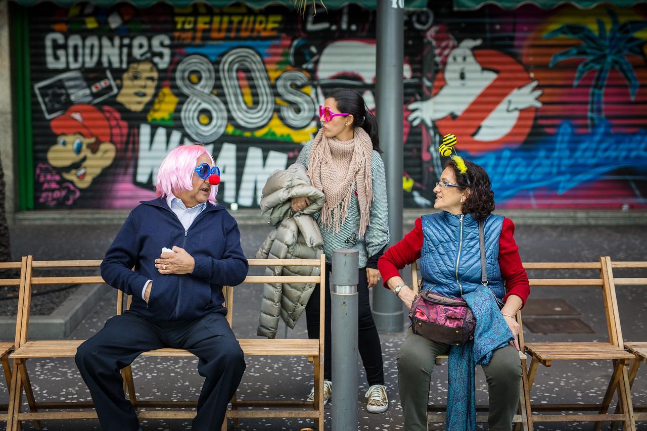 Vecinos tinerfeños y turistas madrugan para hacerse con un sitio en primera fila en el concurso de Ritmo y Armonía en el que las comparsas ejecutan sus coreografías a ritmo de batucada durante el Carnaval de Santa Cruz de Tenerife 2017. Sábado, febrero 25, 2017. (Andrés Gutiérrez/Diario de Avisos)