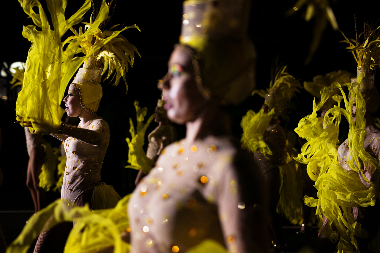 Integrantes de la comparsa 'Los Tabajaras', actúan durante el concurso de 'Ritmo y Armonía', en el cual todas las comparsas compiten a pie de calle para el público asistente. Sábado, febrero 25, 2017. (Andrés Gutiérrez/Diario de Avisos)